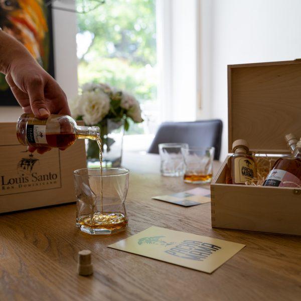 Tastingbox Rum einschenken